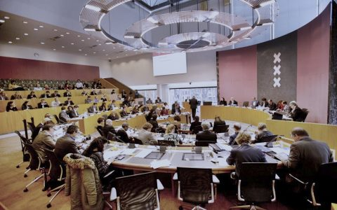 De vergaderzaal van de gemeente Amsterdam tijdens een vergadering met burgemeester en wethouders en de raadsleden.